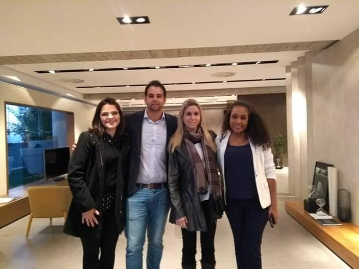 Viagem para Espanha: Conhecendo a Fábrica e Showroom da Inalco. Eu, minhas colegas de trabalho que ganharam a premiação, junto com diretor da Inalco da America do Sul.
