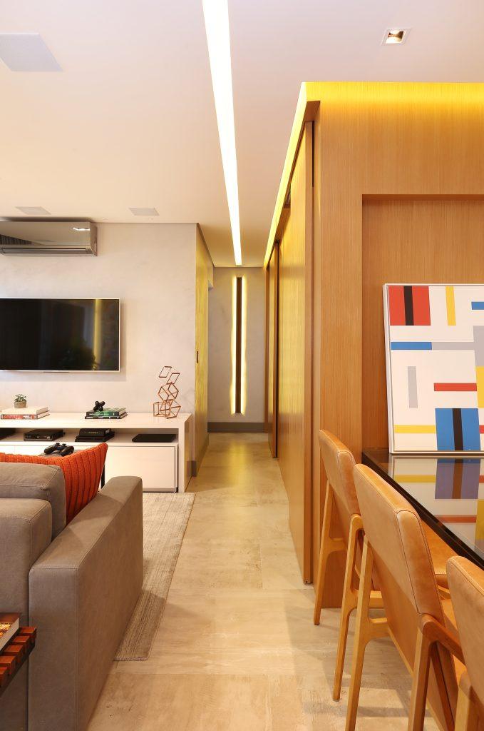 Sala de Estar com Madeira e Porcelanato Inspirado no Cimento Queimado . Um Apartamento Moderno na Aclimação com Porcelanato Inspirado no Cimento Queimado.