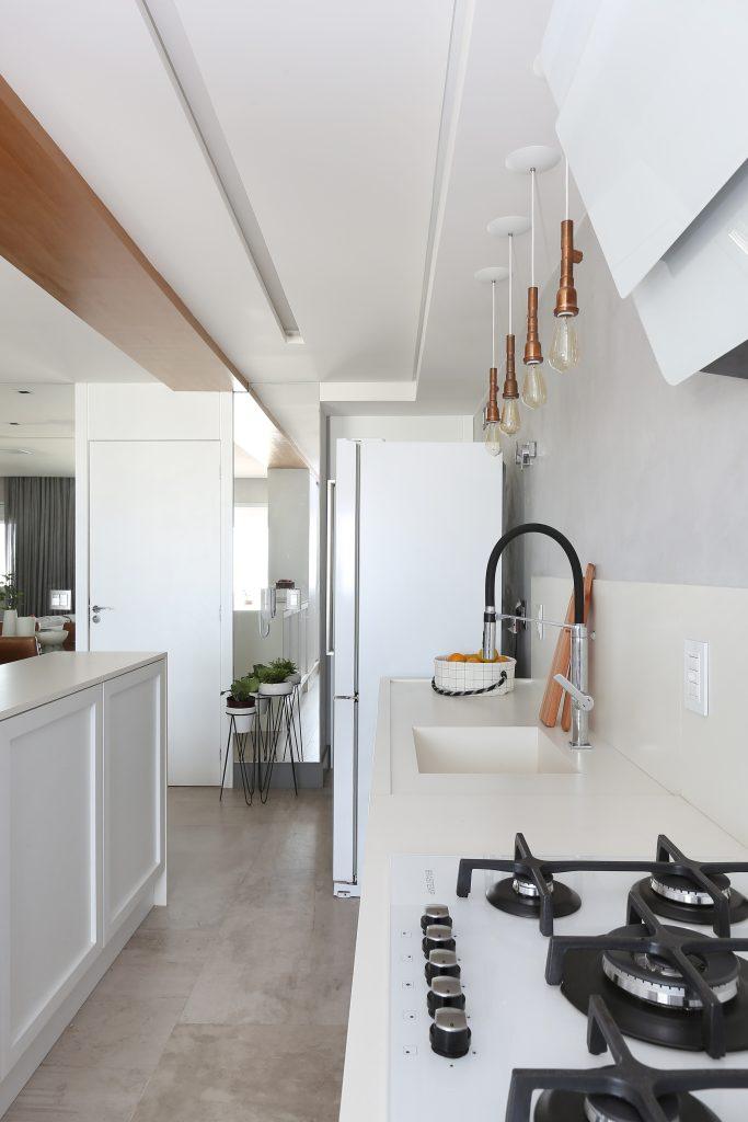 Cozinha com torneira Gourmet e luminária pendente