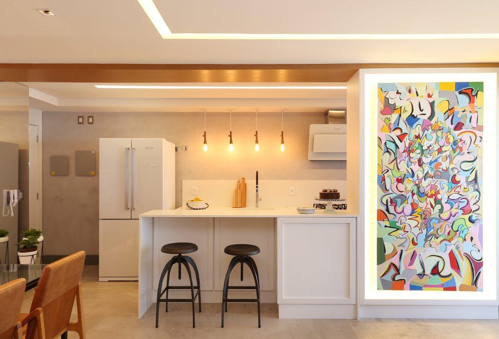 Cozinha com Móveis Brancos e cimento queimado. Um Apartamento Moderno na Aclimação com Porcelanato Inspirado no Cimento Queimado.