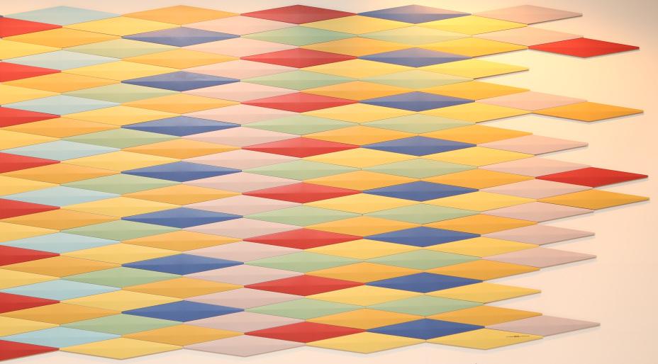 Peça especial 3d formato losango projeto do designer italiano Alessandro Mendini