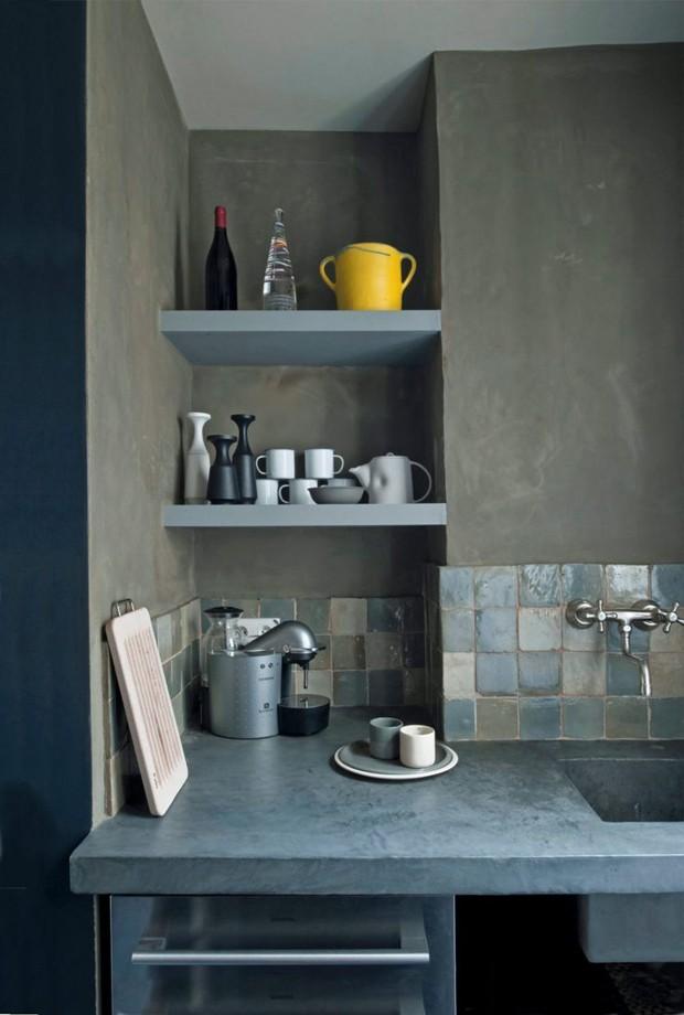 Cozinha com Frontão Revestido de Azulejo Cinza