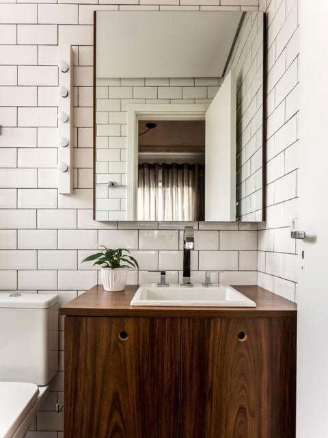 #37- Simples e bonito: Revestimento na paginação com formato de tijolinho com mobiliário de madeira: