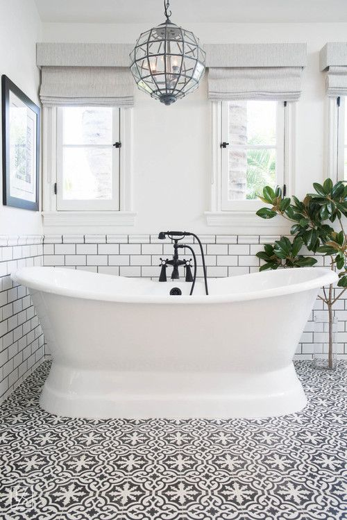 Banheiro clássico com banheiro, piso estampado e revestimento do metro: