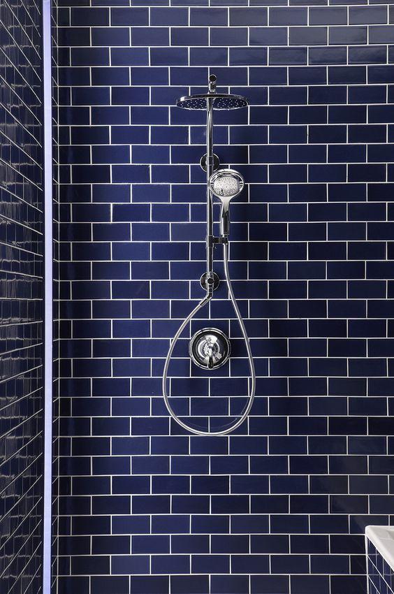 Banheiro com Revestimento azul com paginação estilo tijolinho
