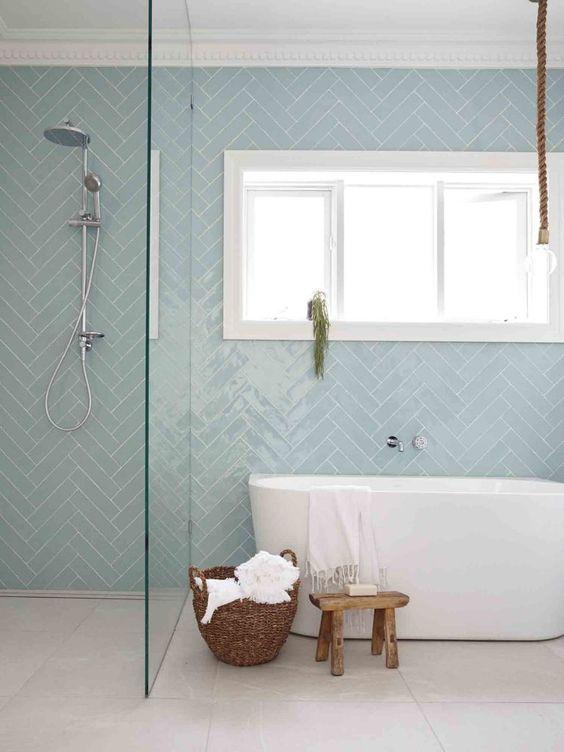 banheiro com Azulejo verde na paginação escama de peixe texturizado