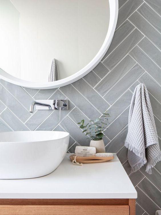 Detalhes de um banheiro com espelho redondo