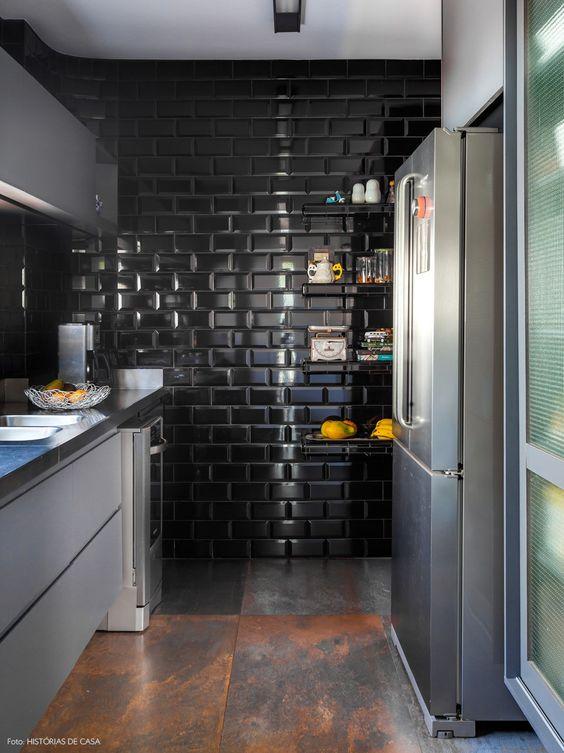 Cozinha com azulejo preto com piso corten. 45 Inspirações Para Usar o Subway Tiles, o Azulejo do Metrô