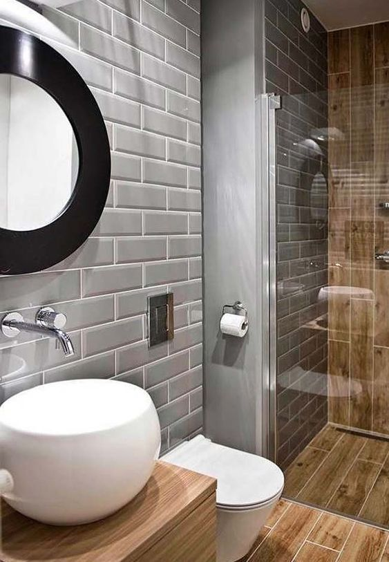 Banheiro com porcelanato que imita madeira e azulejo