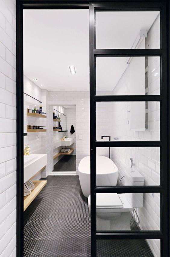 #30- Banheiro preto e branco clássico. Essas pastilhas hexagonais são bem resistentes e ficam bem bonitas instaladas no piso: