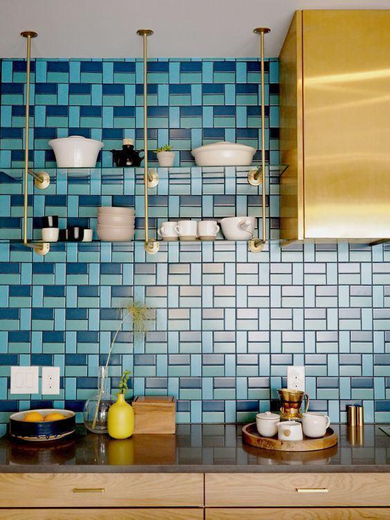 Azulejo na cor Roxa com rejunte branco. Fica bem bonito! 45 Inspirações Para Usar o Subway Tiles, o Azulejo do Metrô