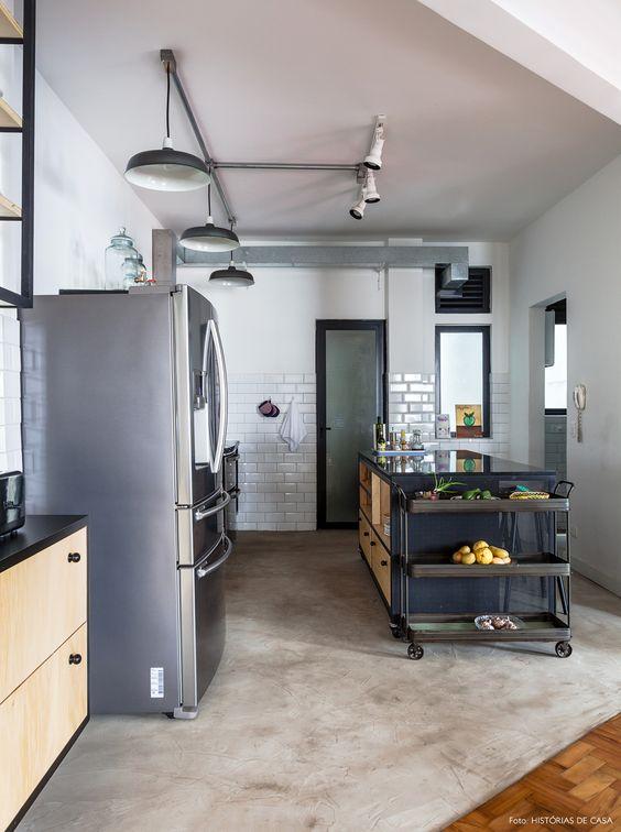 Cozinha com azulejo do metro branco e cimento queimado