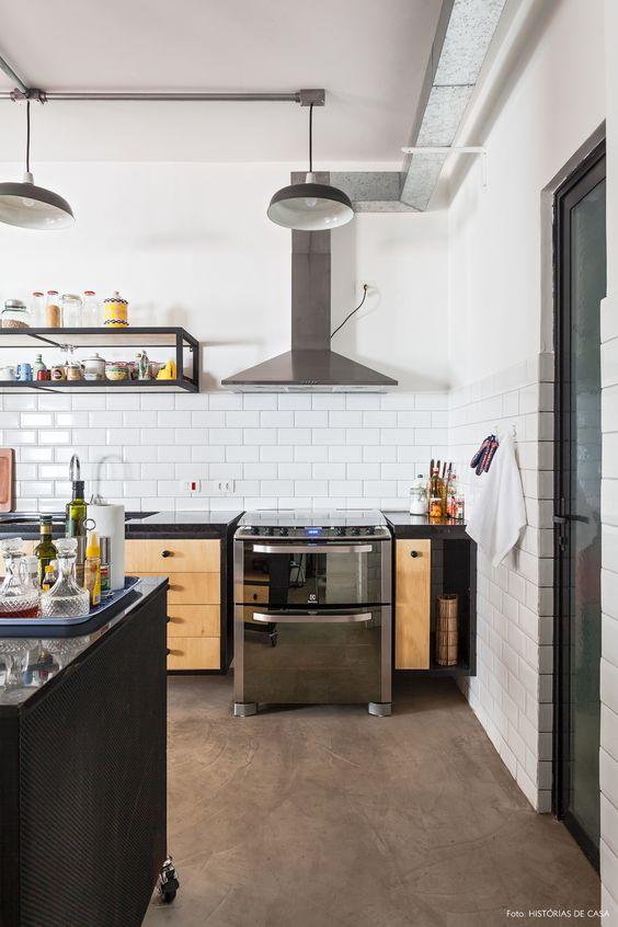 Cimento queimado e azulejo brancos na cozinha