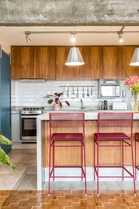 #6- Concreto aparente com madeira e azulejo branco! E para completar a bela composição um toque de cor vermelha no mobiliário. 45 Inspirações Para Usar o Subway Tiles, o Azulejo do Metrô