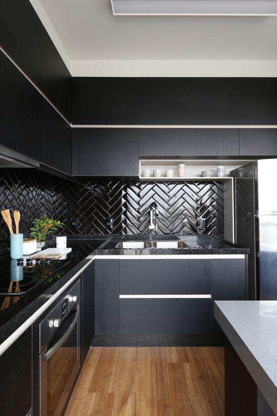 Frontão de Cozinha com Subway Tiles na cor preta. 45 Inspirações Para Usar o Subway Tiles, o Azulejo do Metrô