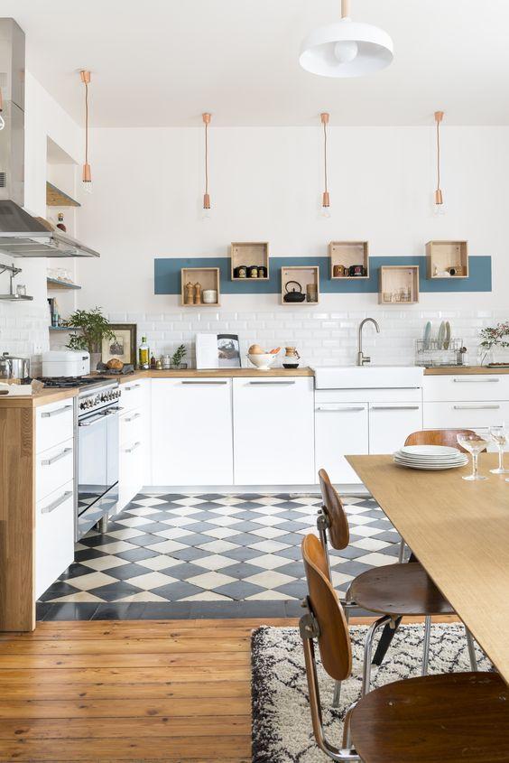 Cozinha com azulejo branco e Ladrilho Hidraulico no Piso