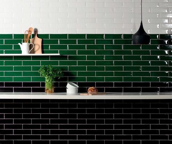 Azulejo verde e branco e prateleiras que sempre são bem úteis na cozinha 45 Inspirações Para Usar o Subway Tiles, o Azulejo do Metrô