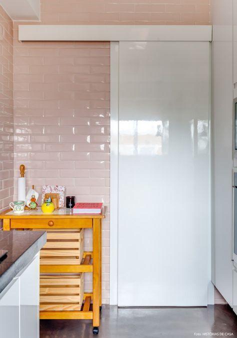 Para amantes de cores: Esse tom rosa é uma tendência e deixa o projeto bem delicado. 45 Inspirações Para Usar o Subway Tiles, o Azulejo do Metrô