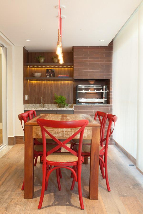 Churrasqueira com madeira de Demolição. Apartamento com Mémorias e Aconchego por Liliana Zenaro