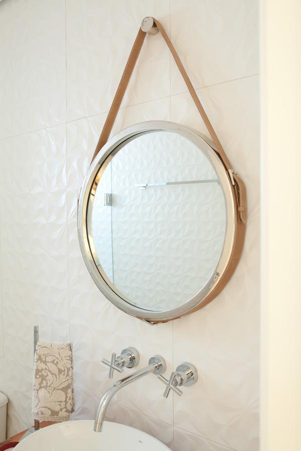 Banheiro com Revestimento 3D Branco e Piso Cinza- Fotos: Adriana Barbosa