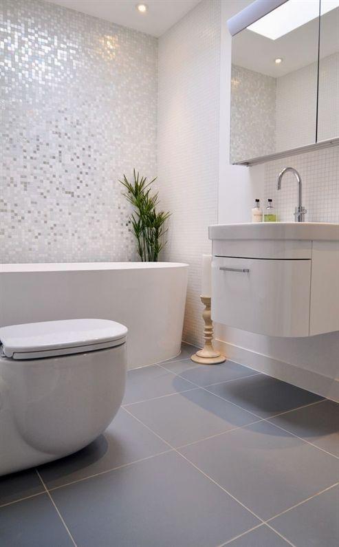 Banheiro com pastilha branca e piso cinza 39 banheiros pequenos para você se inspirar