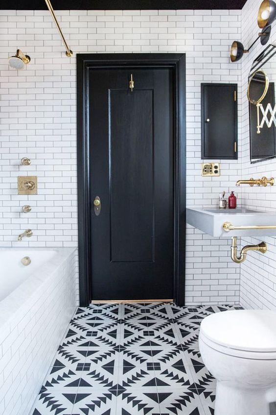 Banheiro preto e branco com o azulejo Subway Tiles e piso  geométrico 39 banheiros pequenos para você se inspirar
