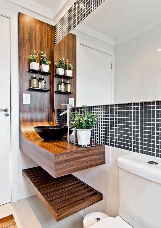 Banheiro pequeno com bancada de madeira, cuba de apoio preta e pastilhas no espelho 39 banheiros pequenos para você se inspirar