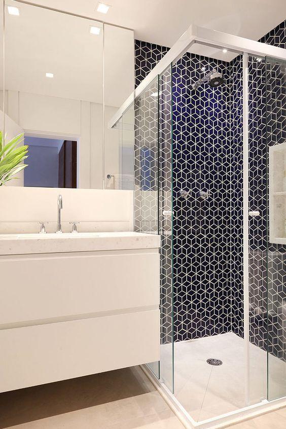 Banheiro com pastilha de hexagonal azul no box com piso e bancada branca 39 banheiros pequenos para você se inspirar