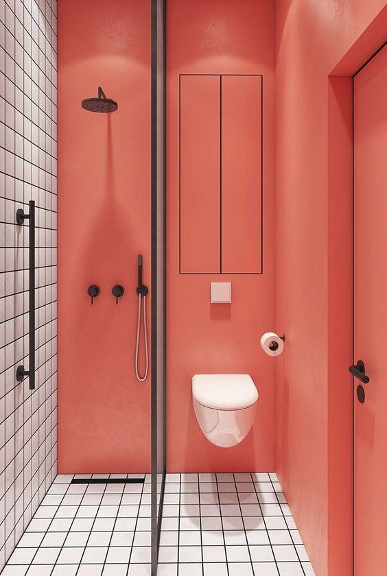 Banheiro  com paredes coloridas na cor laranja com cerâmica branca 39 banheiros pequenos para você se inspirar