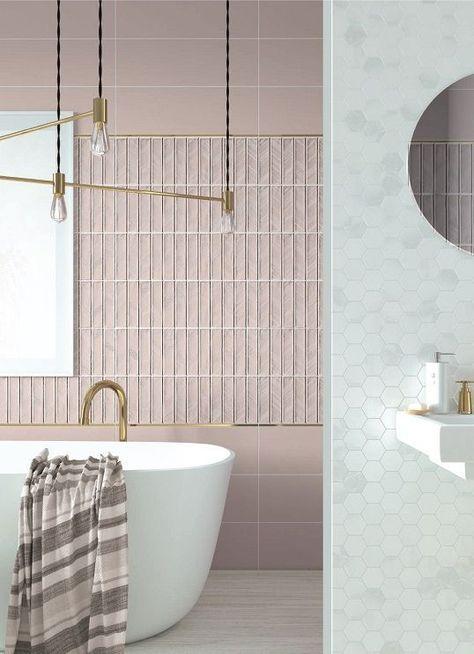 Banheiro com revestimento rosa e branco com metais dourados 39 banheiros pequenos para você se inspirar