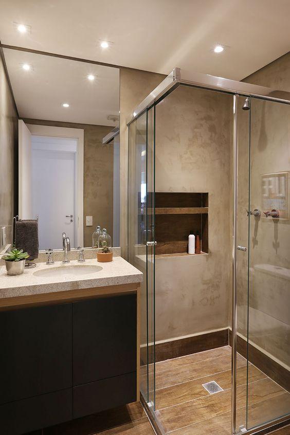 Banheiro com paredes com cimento queimado e piso com porcelanato que imita madeira 39 banheiros pequenos para você se inspirar