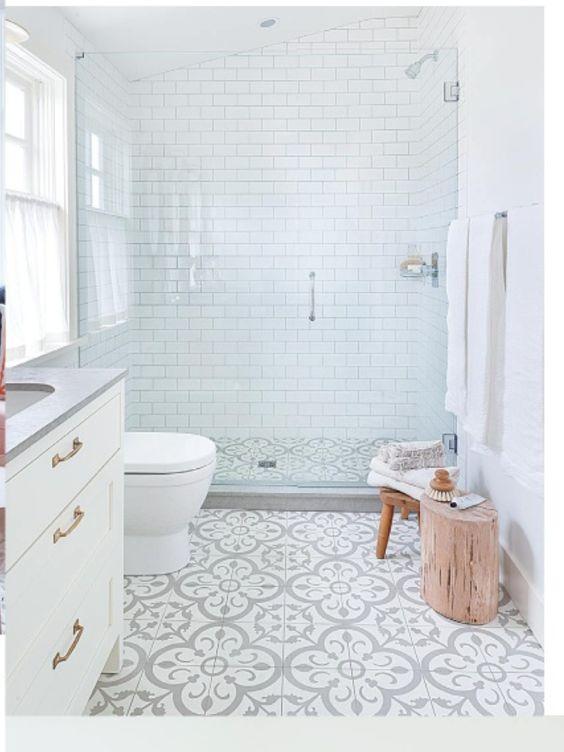 Banheiro com ladrilho branco e cinza e paredes com subway tiles 39 banheiros pequenos para você se inspirar