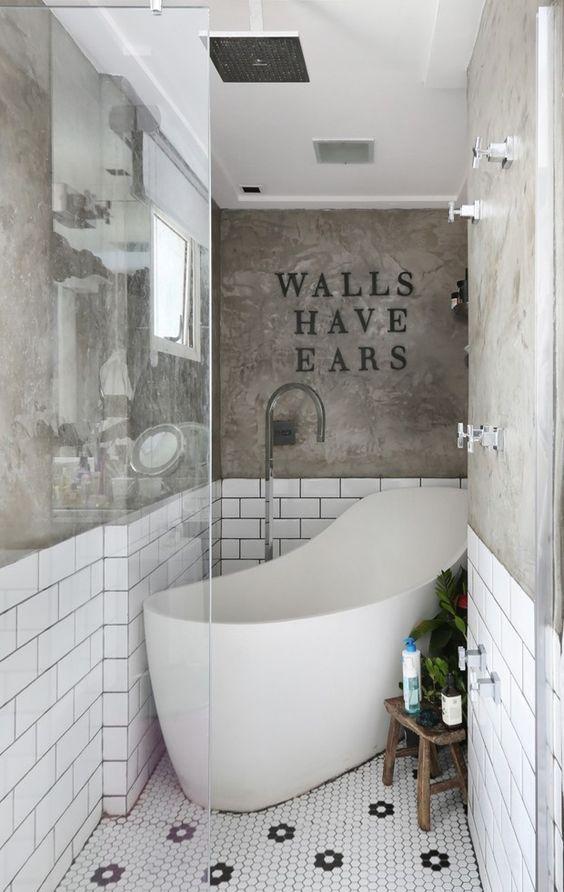 Banheiro com cimento queimado, pastilha  hexagonal e azulejos brancos em meia parede 39 banheiros pequenos para você se inspirar