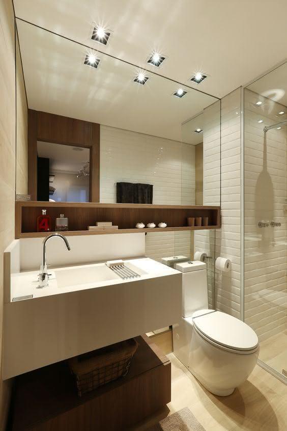 banheiros pequenos é a utilização de nichos. Nesse projeto abaixo foi usado um em toda extensão do espelho. 39 banheiros pequenos para você se inspirar