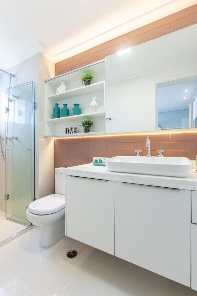 Banheiro com revestimento Subway Tiles.  Nicho  com espelho na lateral.  39 banheiros pequenos para você se inspirar