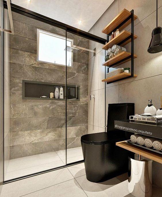 Banheiro com Revestimento marrom no box, vaso e bancada preto e prateleiras de madeira