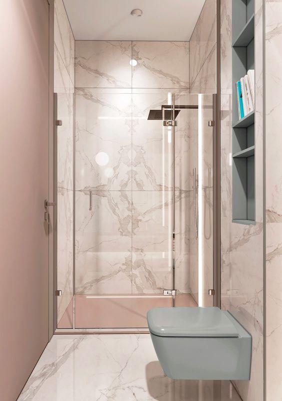 Banheiro com revestimento marmorizado com rosa e verde
