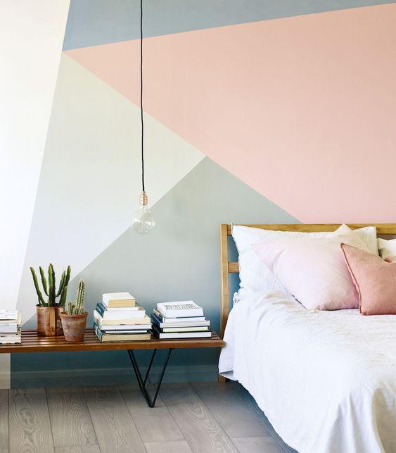 Parede com pintura geométrica colorida