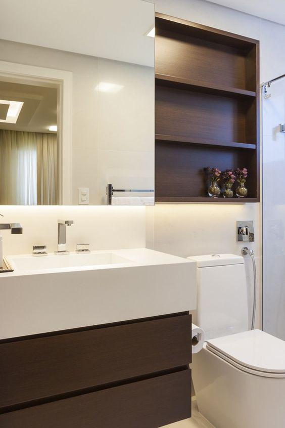 Banheiro pequeno com nicho na lateral do espelho. 39 banheiros pequenos para você se inspirar