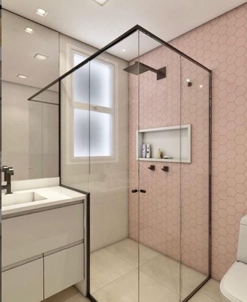 Box com pastilha hexagonal rosa, piso de porcelanato que reproduz cimento queimado e os metais e esquadria do box na cor preta. Projeto da   Premazzi Favorito interiores