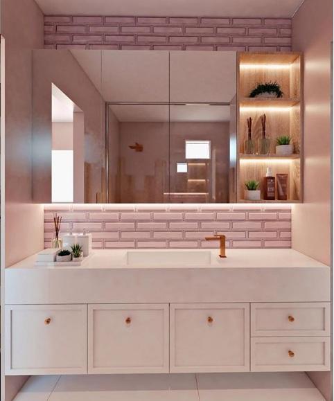 Banheiro com Revestimento retro rosa, metais bronze e marcenaria provençal branca