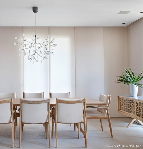 Sala com piso cinza claro, mesa de madeiras e cadeiras claras