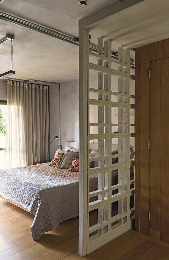 Dormitório casal, com madeira, cimento queimado e cobogo, elemento vazado