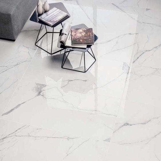 32 ideias inspiradoras para usar porcelanatos na sala Sala de estar com porcelanato de efeito mármore. Nesta sala de estar existe duas mesinhas de centro.