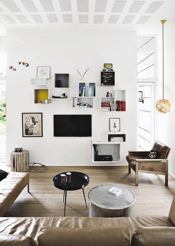 Antessala com móveis em tons marrons, parede branca e piso em porcelanato que imita madeira.