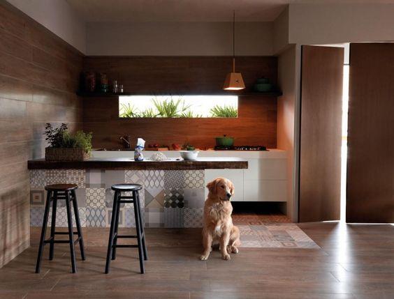 Cozinha com balcão de madeira e pia branca. Toda a cozinha esta revestida em porcelanato que imita madeira.