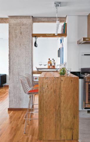 O porcelanato de madeira foi aplicado na bancada de cozinha e na área molhada, com divisão quase imperceptível.