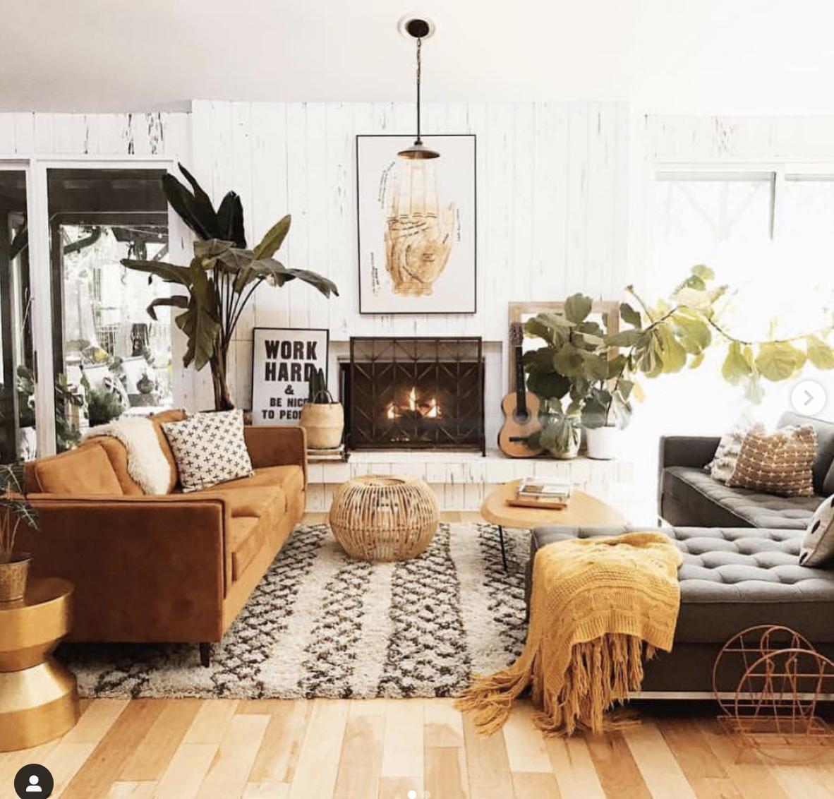 Sala de estar em estilo baho. tecidos cashmeres espalhados pela sala,  plantas, almofadas adamascadas e  souvenirs.
