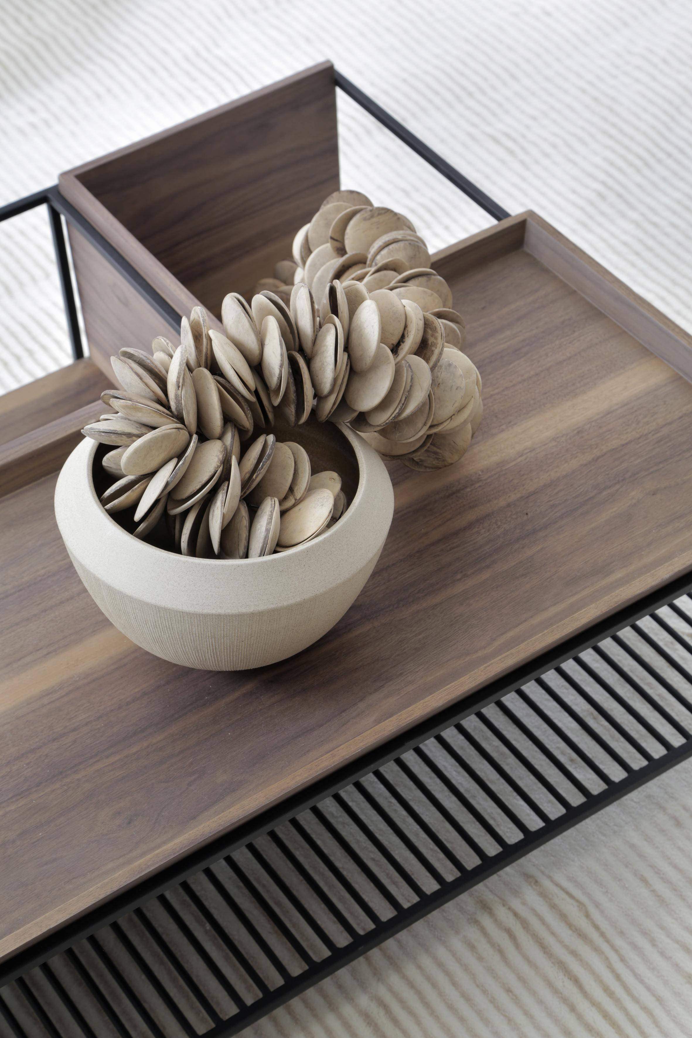 Casa Conecta: Ticiane Lima, CASACOR SP 2019.  Mesa de centro de madeira com estrutura de ferro e um vaso branco com decoração.