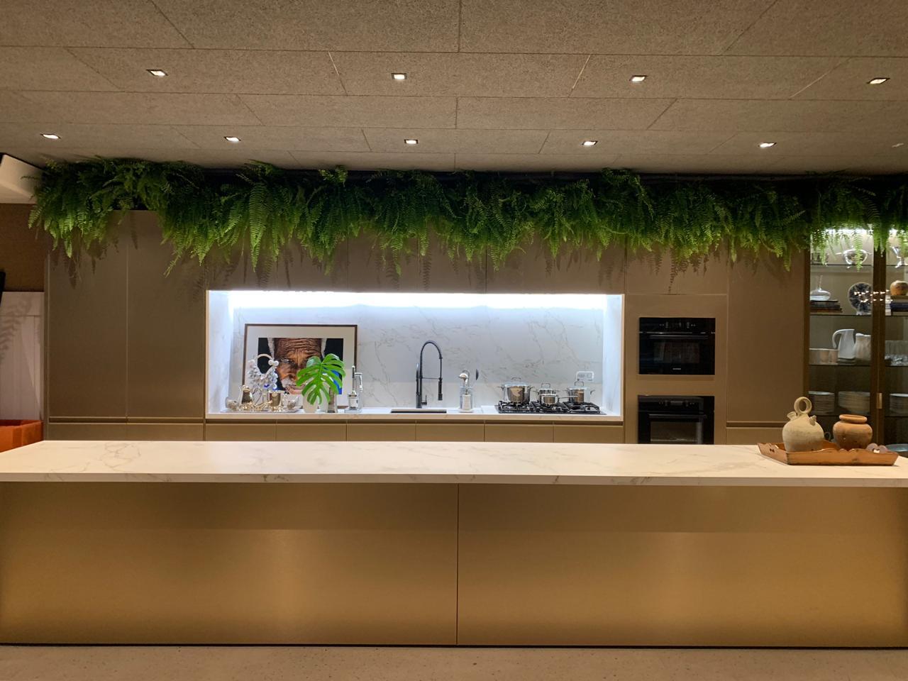 Living do Restaurante by Gustavo Paschoalim. CASACOR SP 2019. BADEBEC. Bar com uma imponente ilha revestida com mármore na bancada, armários dourados, samambaias e teto revestido com a linha Toccare.